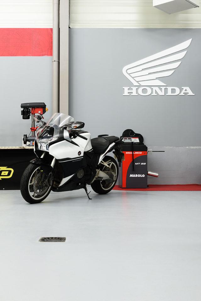 Réalisation d'une concession  Honda en revêtement « semi-lisse »